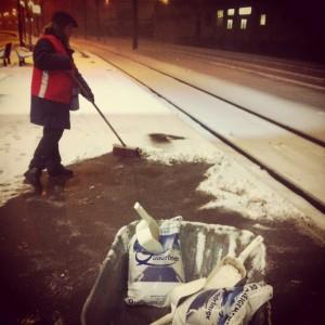 Agent déneigeant les quais en gare