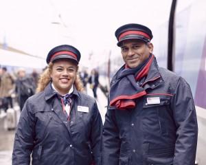 Portrait d'agents devant un TGV.