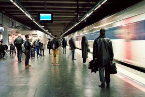 Personnes qui attendent un train sur un quai